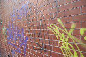 Limpieza de grafftiti en fachada comunitaria