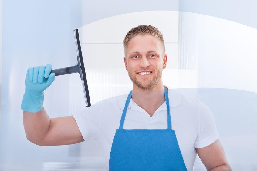 Empleado limpiando cristales hogar